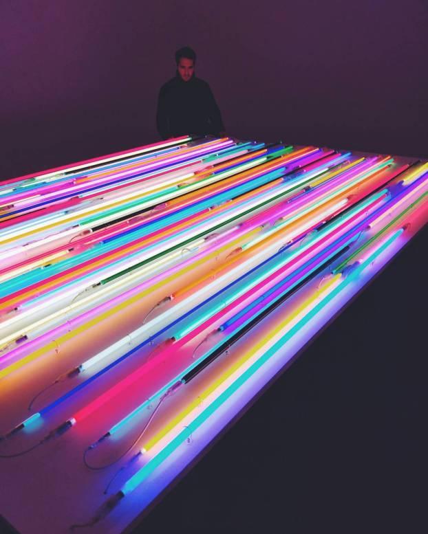 Neon Stage, 2011 77 Argon und Neon Lichtröhren auf multiplex Plattform 240cm x 330cm