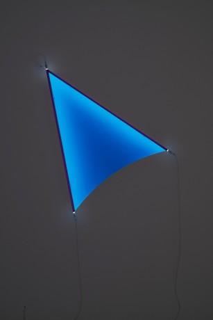 Monte Blue, 2017 Fluo Acrylfarbe, 147 x 108 x 11,5 cm Schwarzlichtröhren