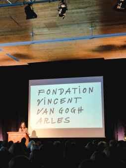 Bice Curiger. Im Hintergrund das Logo der Fondation