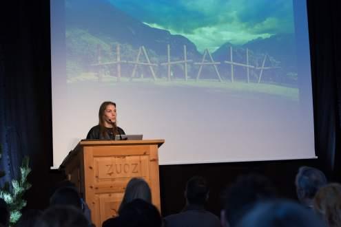 Claudia Comte. Im Hintergrund ihre Installation «HAHAHA»