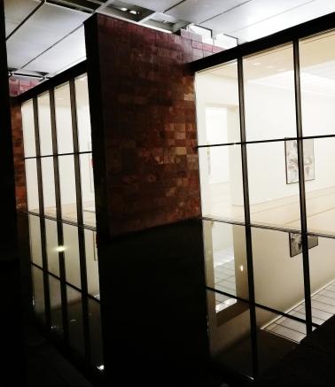 Die Baselitz Werke spiegeln sich in der Wasserfläche der Fondation wieder.