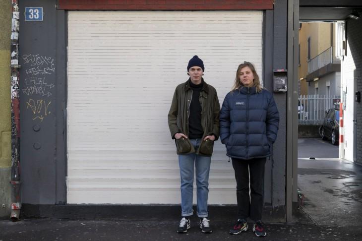 Das Kuratorenduo Milena Langer und Samuel Haitz vor dem Kunstraum Saint Luke. Foto- Betty Fleck © ZHdK
