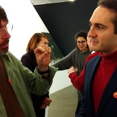 Simon Starling & Andy meets Warhol (Andy Hermann). Im Hintergrund Madeleine Schuppli und Yasmin Afschar, Kuratorinnen der Ausstellung MASKE