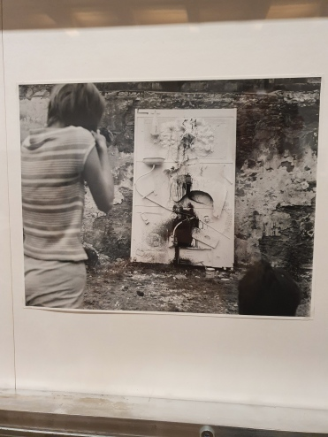 Niki de Saint Phalle shooting at Impasse Ronsin, 1961. Photo: Shunk-Kender