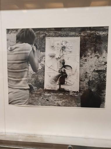 Niki de Saint Phalle shooting at Impasse Ronsin, 1961. Photo: Shunk-Kender