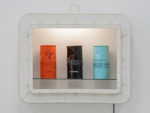 Tom Sachs Giftgas Giftset, 1998, Diverse Materialien, 90 x 110 x 30 cm, SCHAUWERK Sindelfingen, Foto: Frank Kleinbach © Tom Sachs