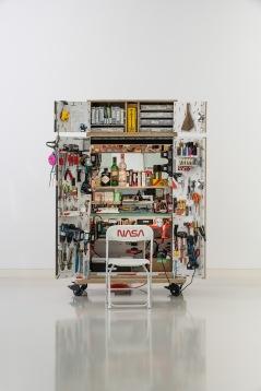 Tom Sachs Journeyman, 2018, Diverse Materialien, 203,2 x 106,7 x 66 cm, Foto: Frank Kleinbach © Tom Sachs