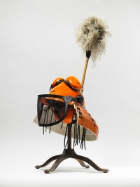 Tom Sachs Kabuto, 2015, Diverse Materialien, 94 x 40 x 42 cm, Foto: Studio Tom Sachs, © Tom Sachs
