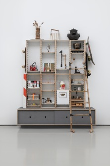 Tom Sachs Mizuya Back Up Unit, 2014, Diverse Materialien, 238,8 x 203,2 x 50,8 cm, Foto: Frank Kleinbach, © Tom Sachs