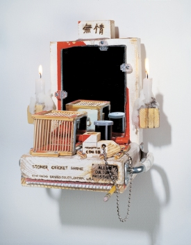 Tom Sachs Stoner Cricket Shrine, 2001, Holz, Spiegel, Metall, Wachs, diverse Materialien, 30,5 x 26,7 x 16,5 cm, Courtesy Galerie Thaddaeus Ropac, Foto: Galerie Thaddaeus Ropac, © Tom Sachs