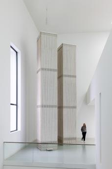 Tom Sachs World Trade Center, 2019, Latexfarbe auf Sperrholz, Epoxidharz, Stahl, Nordturm: 1067 x 126 x 126 cm; Südturm: 871 x 126 x 126 cm, SCHAUWERK Sindelfingen, Foto: Frank Kleinbach, © Tom Sachs